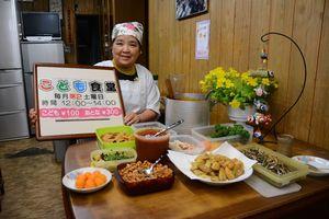 かつての食堂「味楽」で子ども食堂を始めた平松由紀子さん。テーブルにはフライドポテトやタケノコの煮物などが並ぶ=唐津市材木町