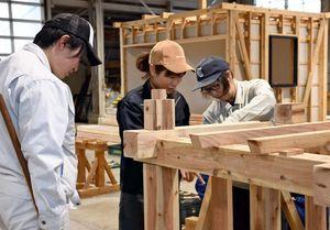 受講生の半数を女性が占める「住環境CAD科」。施工技術を学ぶ受講生=佐賀市のポリテクセンター佐賀