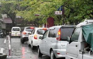混雑が慢性化している佐賀市役所駐車場。市議会で対策をただす一般質問があったこの日も混雑していた=佐賀市役所