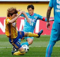 仙台―鳥栖 前半、先制ゴールを決める鳥栖・高橋義(右)=ユアスタ