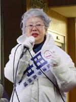 女性や経営者の視点を生かした市政運営を約束する田中路子候補=唐津市役所前