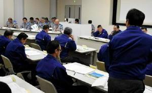 現地視察前、安全対策について九電に質問する唐津市議=東松浦郡玄海町の玄海原発原子力訓練センター