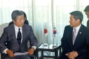 韓国の鄭景斗国防相(右)と会談する岩屋防衛相=20日、シンガポール(共同)