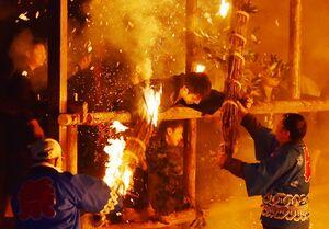 火の粉が舞う中、激しい攻防を繰り広げる男衆=7日夜、伊万里市二里町の神原八幡宮