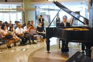 フッペルのピアノで「月光」を奏でる大坪健人さん=サンメッセ鳥栖
