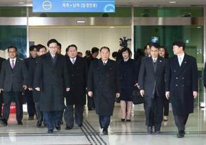 韓国・坡州の南北出入事務所に到着した北朝鮮の金英哲朝鮮労働党副委員長(中央)ら=25日(韓国取材団・共同)
