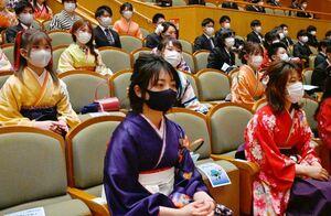間隔を空けて席に着き、式に参加する卒業生ら=佐賀市文化会館