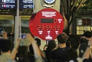 東京五輪開会式までの日数の表示が「0」となったカウントダウン時計=22日夜、東京都港区