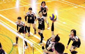 女子バレーボール初戦の唐津商戦で奮闘する小城の選手=小城高体育館
