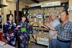 風鈴コンテストへの投票を呼び掛ける伊万里・有田焼伝統工芸士と佐賀大の学生ら=有田町の有田一番館
