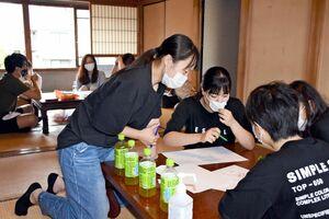 まちづくりワークショップで話し合う参加者たち=唐津市の町家カフェぜん