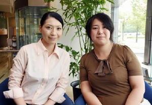 女性がんサバイバーを対象にしたバスツアーを企画した「叶人集団」の井上真由美代表(右)と化粧療法士の樺嶋純さん