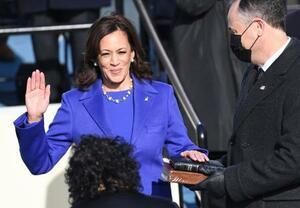 就任式で宣誓するハリス米新副大統領=20日、ワシントンの連邦議会議事堂(AP=共同)