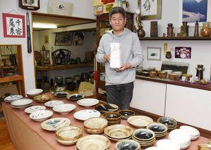 食器に趣向を凝らした窯開き展を開く金子晃久さん=武雄市武内町の金子窯