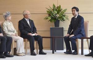 6月、安倍首相(右)と面会する拉致被害者家族会の飯塚繁雄代表。左は横田早紀江さん=首相官邸