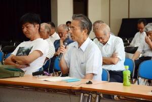 漁業者の窮状を訴える平方宣清さん(中央)=藤津郡太良町の大浦公民館