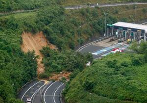 京都縦貫自動車道の沓掛インターチェンジ付近で発生した土砂崩れ=9日午前9時23分、京都市(共同通信社ヘリから)