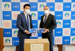 江里口秀次市長にマスクを贈るSUNシステムの関洋太郎専務(左)=小城市役所(同市提供)