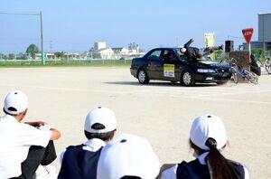スタントマンが体を張って事故を再現した交通安全教室=神埼市の千代田中