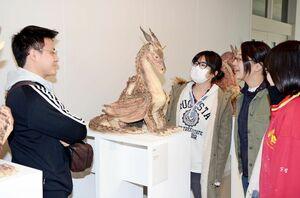 「傾聴」と題した川端杏佳さんの作品に見入る有田セラミック分野の4年生=有田町の佐賀大学有田キャンパス