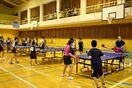 馬渡島で卓球交流 県内外の小中学生、強豪相手に技磨く