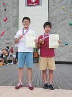 男子ユースC部門で優勝した通谷律(右)と同ジュニア部門で3位に入った靏本直生=富山県の桜ヶ池クライミングセンター