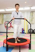 跳躍器具を使った運動プログラムを導入したナチュラルボディメイクの竹森豊代表=佐賀市