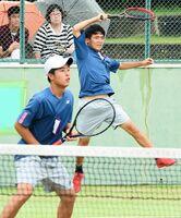 テニス男子ダブルスで優勝した敬徳の前田笑輝(右)、青山剛丸組。前田はシングルスも制し、二冠を達成した=SAGAサンライズパーク庭球場