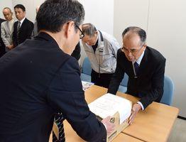 オスプレイ配備反対の署名を手渡す古賀会長(右)=佐賀県庁