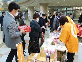 「いちごさん」など佐賀県の特産品を買い求める人々=大阪市