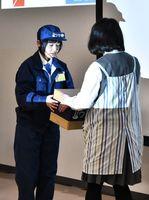 荷物を配達する場面を演じる有田工業高の生徒たち=佐賀市の佐賀大学本庄キャンパス