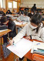 着物のデザインを考えて、用紙に描き込む児童ら=唐津市の佐志小