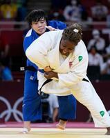 女子78キロ超級決勝 キューバのイダリス・オルティス(手前)を攻める素根輝。延長の末、指導3による反則勝ちで金メダルを獲得した=日本武道館