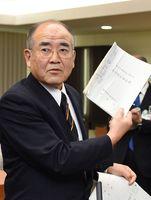 山口祥義知事との会談後、公害防止協定書の写しを見せて「約束事が優先する」と強調する秀島敏行佐賀市長=佐賀市役所