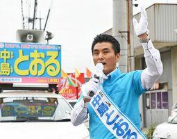街頭に立ち、支持を訴える中島徹候補=佐賀市嘉瀬町(2017年衆院選)