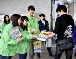 買い物客に啓発チラシを手渡す佐賀大学生の学生=佐賀市のゆめタウン佐賀