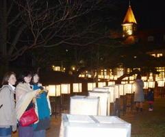 「嬉野デザインウィーク」と同時開催中の「うれしのあったかまつり」では、まちなかで数々のランタンがぬくもりを感じさせる=嬉野市の温泉公園