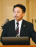 開放特許の活用事例を報告する田中政史社長=佐賀市のグランデはがくれ