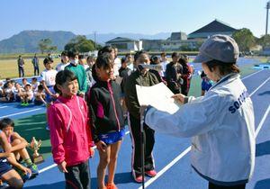 国際ソロプチミスト唐津の井上節子会長から賞状を受け取る納所小の選手
