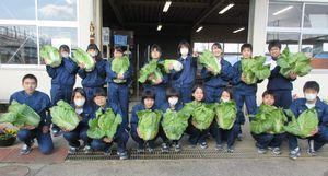 コミュニティー食堂に自分たちが育てた白菜を提供したみどり系列の生徒たち=神埼市の神埼清明高