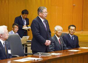 小野寺五典防衛相に今後の捜索についての情報提供と共有を求めた松本茂幸神埼市長(中央)=神埼市役所