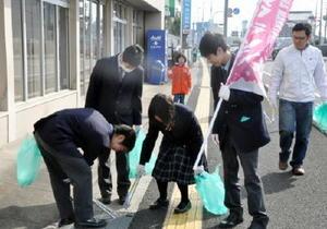道路沿いのゴミを拾う高校生ら=佐賀市の県総合運動場周辺