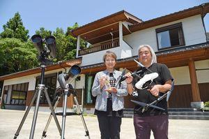 クリエーターが滞在して制作活動できるゲストハウスを始めた野田尚之さん、ひとみさん夫婦=武雄市武内町