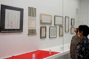 流麗なかな文字の作品が並ぶ会場=佐賀市の佐賀県立美術館