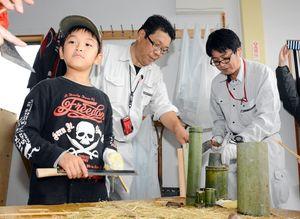 細く割った竹を、さらに削って整えて箸を作る参加者=唐津市浜玉町