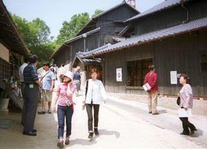 志田焼の里博物館を散策する参加者ら/志田焼の里博物館を散策する参加者ら