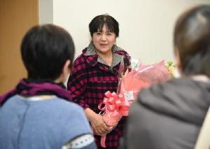 ねぎらいの花束を受け取り、支援者に感謝を述べる藤田直子さん=26日午後10時14分、小城市三日月町の事務所