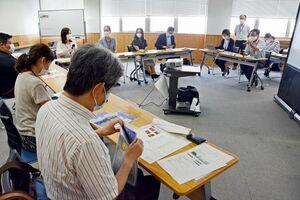 佐賀市が学校側と留学生支援に向けて話し合った意見交換会=佐賀市の佐賀商工ビル
