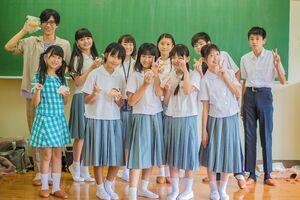 映画「こどもばんぱく」出演者らの集合写真、中央が主演の愛純百葉さん(提供)