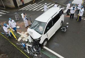 神奈川県海老名市内で歩行者をはねたワゴン車=14日午前